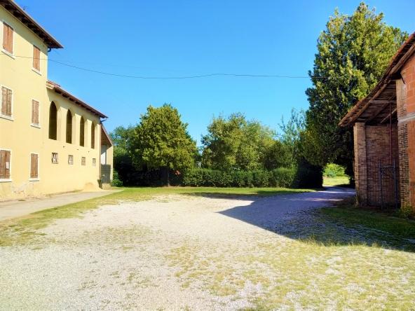 rustico-giardino-travi-camino-piscina-campagna (1)