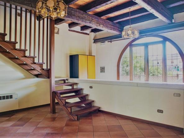 quinto-rustico-giardino-ristrutturare-caminetto-mansarda (4)