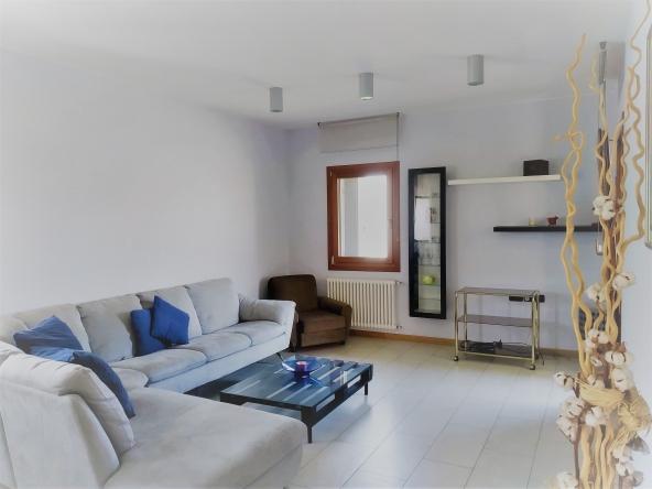 casa-singola-due-appartamenti-b&b-due-garage-giardito-camino (1) - Copia