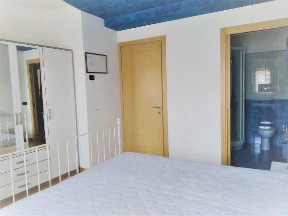 casa-singola-due-appartamenti-b&b-due-garage-giardito-camino (7)