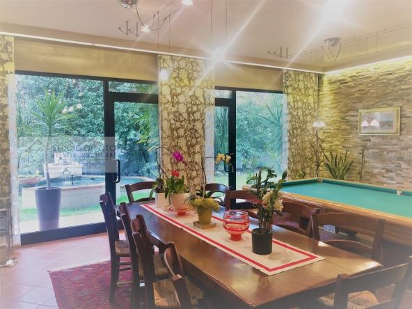 villa-giardino-duelivelli-trecamere-moderno-taverna-garage__3