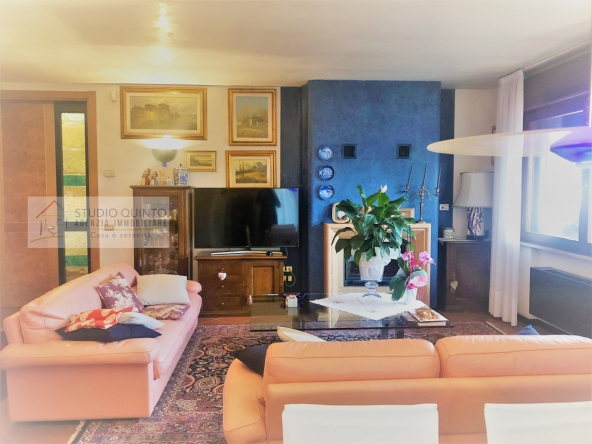 villa-giardino-duelivelli-trecamere-moderno-taverna-garage__5
